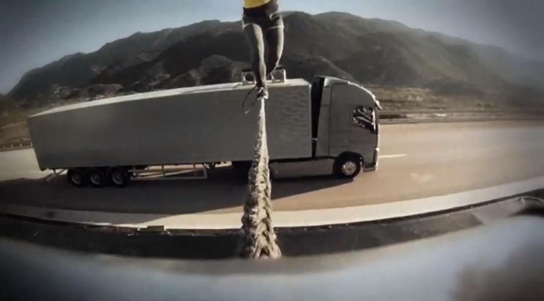 Koortdansen-tussen-twee-vrachtwagens